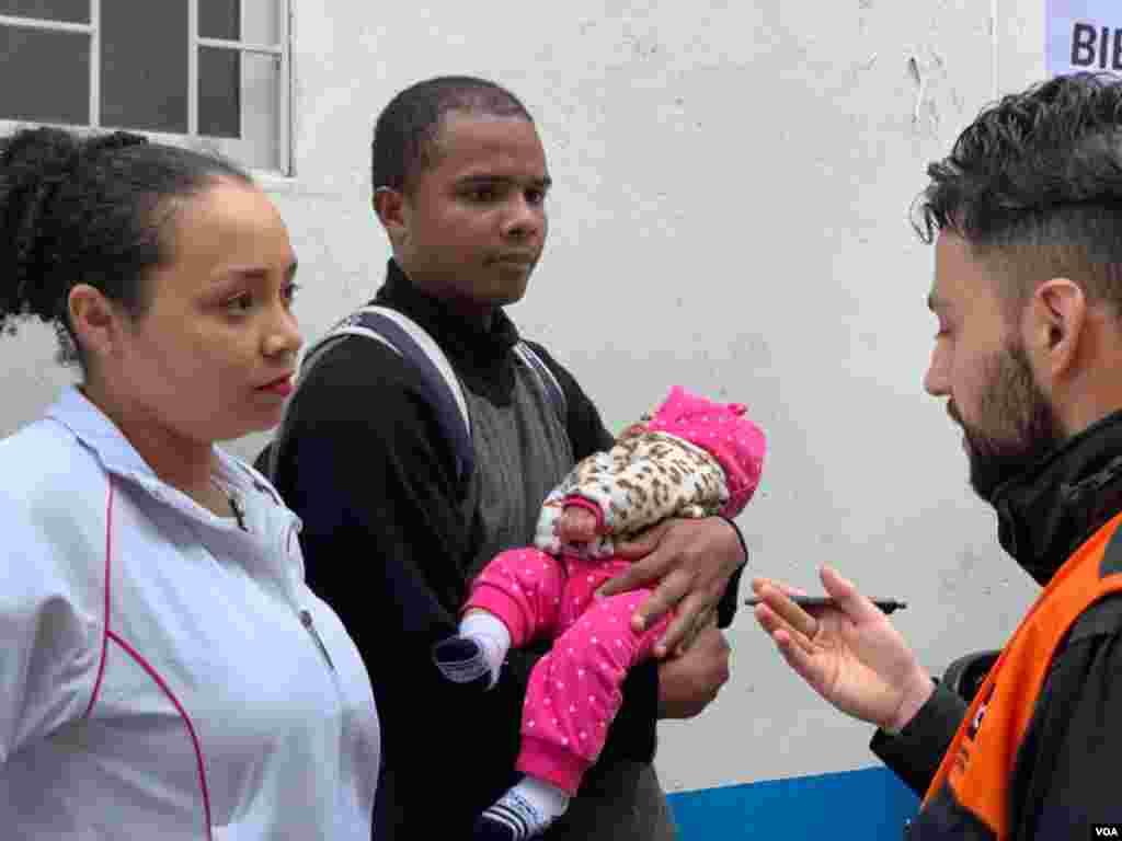 Obtener un servicio de atención en salud completo para sus hijos llevó a Yenifer y a José Luis a asistir a la jornada; estos venezolanos llegaron al país hace casi año y medio, y confiesan que es difícil adquirir este tipo de servicios por su condición.