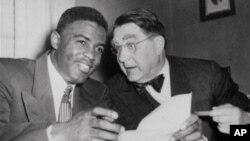 Atlet bisbol AS Jackie Robinson dan presiden tim Brooklyn Dodgers Branch Rickey tahun 1950.