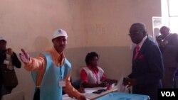 Voto certo. Governador Baventura Cardoso vota em Malanje