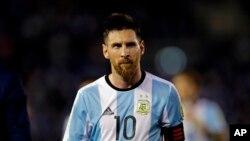 El astro del Barcelona ya había cumplido un partido de suspensión. Argentina se ubica quinta en la eliminatoria sudamericana de 10 equipos.