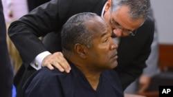 OJ Simpson et son avocat lors du procès, le 17 mai 2013.