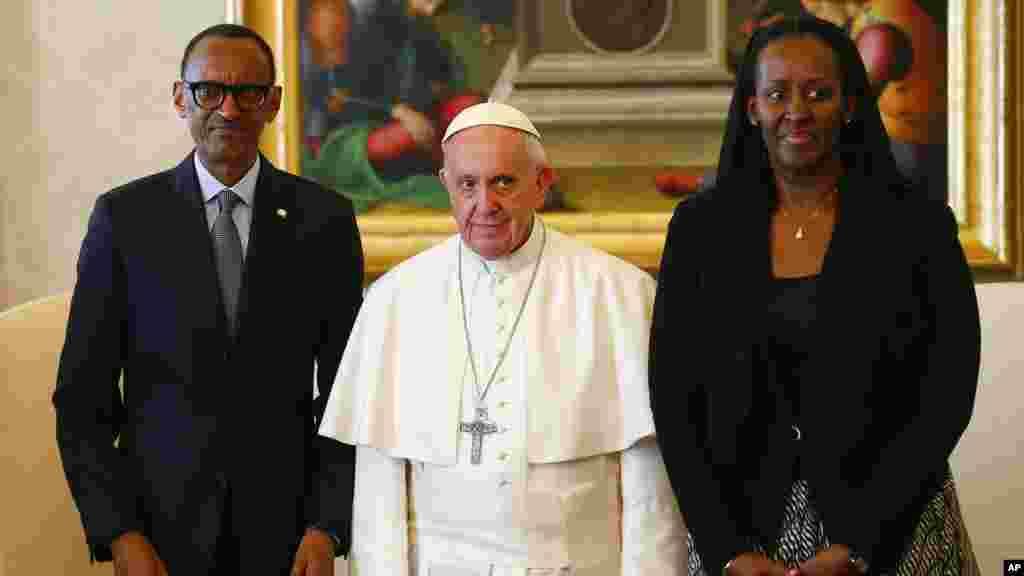 Le pape Francis, le président rwandais Paul Kagame et sa femme Jeannette Kagame, au Vatican, le le 20 mars 2017.