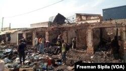 Des boutiques brûlées lors d'une attaque au PK5, Bangui, 18 janvier 2018.(VOA/Freeman Sipila)