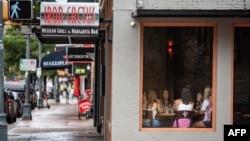 2020年6月26日顧客在德克薩斯州奧斯汀一家餐館用餐。