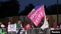 一些民众在特朗普总统所在的医院附近表达支持(路透社2020年10月4日)