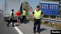 Un policier contrôle les véhiculent arrivant en Autriche, dans le village de Nickelsdorf, le 31 août 2015. (REUTERS/Heinz-Peter Bader)