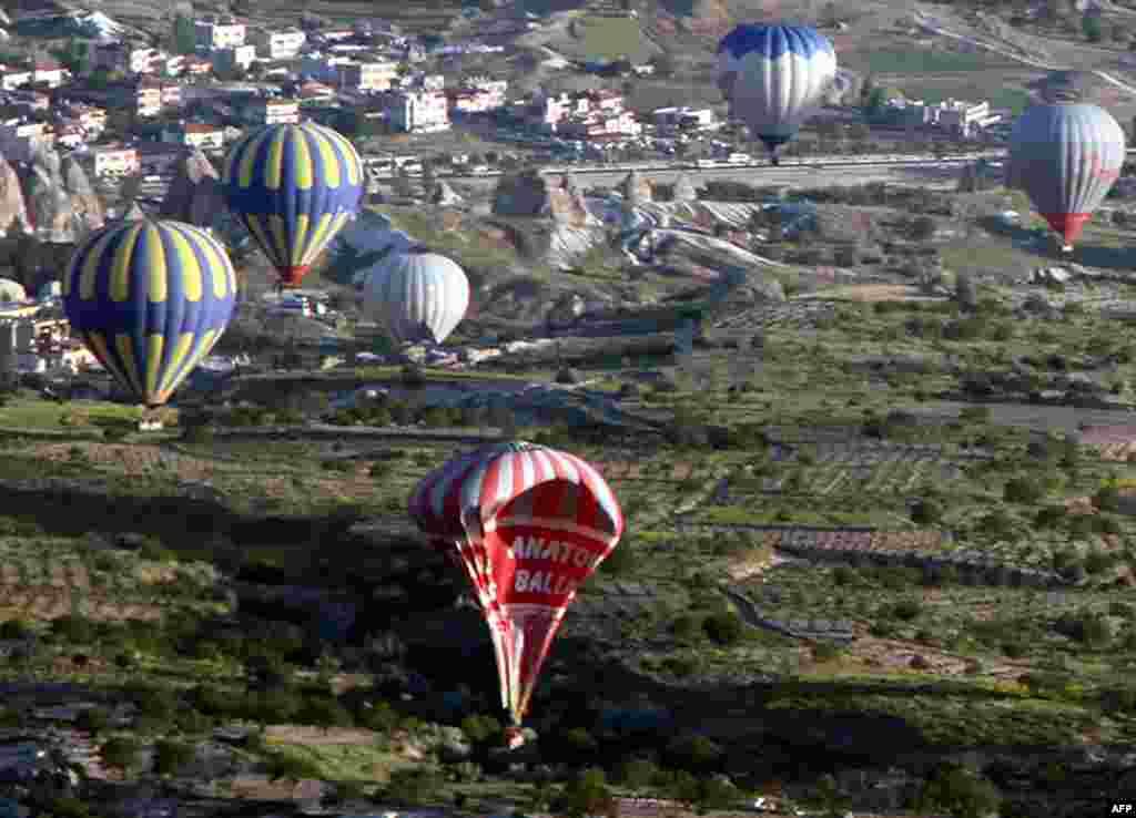 Khinh khi cầu rơi trở lại mặt đất sau khi đụng một khinh khí cầu khác ở Cappadocia, Thổ Nhĩ Kỳ. Có hai người chết và 23 người bị thương trong tai nạn này.