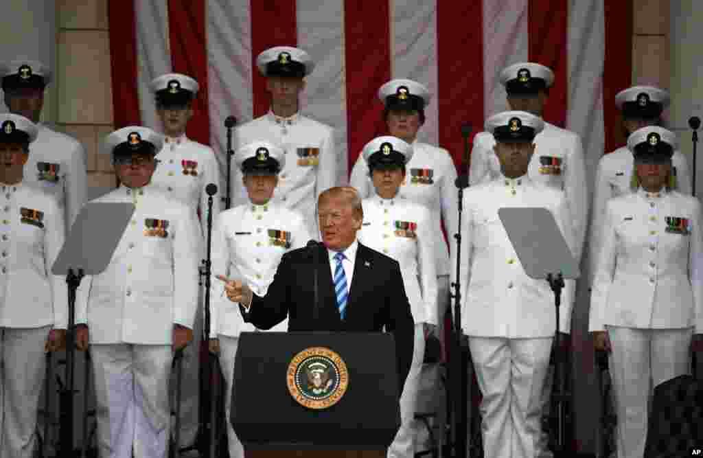 2018年5月28日,阵亡将士纪念日,在美国维吉尼亚州的阿灵顿国家公墓纪念圆形剧场的主席台上,川普总统讲话,军人们肃立。