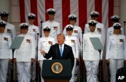 2018年5月28日,陣亡將士紀念日,在美國維吉尼亞州的阿靈頓國家公墓紀念圓形劇場的主席台上,川普總統講話,軍人們肅立。