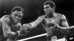 Mohamed Ali et Joe Frazier sur le ring à Manille, Philippines, le 1 octobre 1974.