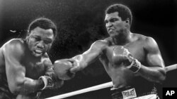 Muhammed Ali 1975'te Manila'daki bir maç sırasında Joe Frazier'la maç yaparken