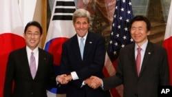 지난 9월 존 케리 미국 국무장관(가운데)과 윤병세 한국 외교장관(오른족), 기시다 후미오 일본 외무상이 뉴욕 맨해튼에서 회동했다. (자료사진)