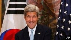 존 케리 미 국무장관이 태극기(왼쪽)와 성조기를 배경으로 발언하고 있다. (자료사진)