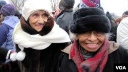 Dr. Olivia Hooker (kanan), salah satu di antara korban selamat dari kerusuhan antar ras di Tulsa Oklahoma tahun 1921 - memuji isi pidato inaugurasi Presiden Obama (foto: VOA/Eva M).