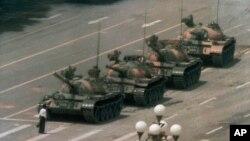 지난 1989년 6월 5일 중국 베이징 중심가 창안제에서 남성이 맨몸으로 중국군 탱크들을 막아서고 있다.