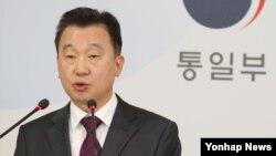 정준희 한국 통일부 대변인이 25일 서울 정부 청사에서 열린 정례브리핑에서 미사일, 북핵 등과 관련한 기자들의 질문에 답하고 있다.