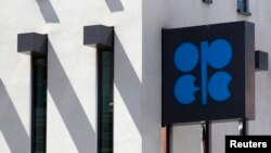 Logo Organisasi Negara-Negara Pengekspor Minyak (OPEC) di luar markas OPEC di Wina, 10 Juni 2014. (Foto:Dok)