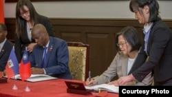Prezidant' taywanèz la, Tsai Ing-wen, ak Prezidan ayisyen an, Jovenel Moise, ki t ap siyen yon kominike konjwen nan Taypé, nan jounen madi 29 me 2018 la.