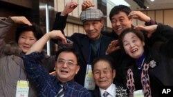 남북 이산가족 2차 상봉단이 24일 금강산에서 개별상봉을 가진 가운데, 북한에 살고 있는 김권수씨(83, 오른쪽 두번째)가 남측 가족들과 기념사진을 찍고 있다.