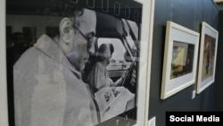 از جمله آثار عرضه شده در این نمایشگاه عکسی از کیارستمی با امضای او است.
