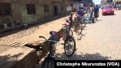Des vélos dans les rues de la capitale Bujumbura, au Burundi, le 28 novembre 2016. (VOA/Christophe Nkurunziza)