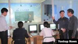북한 김책공업종합대학의 원격교육체계가 전국의 근로자들로부터 높은 인기를 얻고 있다고 노동신문이 21일 소개했다. 사진은 노동신문에 실린 것으로 김책공대에서 원격교육 프로그램을 만들고 있는 장면으로 보인다.
