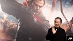 """資料照:中國電影導演張藝謀在他執導的電影""""長城""""的廣告前。"""
