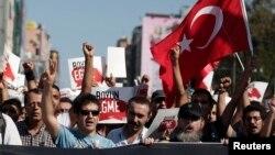 Người biểu tình hô khẩu hiệu chống chính phủ tại Istanbul.