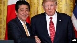 美国总统唐纳德·川普星期五(右)与日本首相安倍晋三