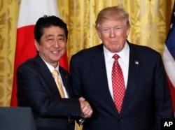 ປະທານາທິບໍດີ Donald Trump, ຂວາ, ແລະນາຍົກລັດຖະມົນຕີຍີ່ປຸ່ນ ທ່ານ Shinzo Abe.