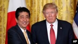 Presiden Donald Trump, kanan, dan Perdana Menteri Jepang Shinzo Abe setelah konferensi pers di Gedung Putih, Washington, 10 Februari 2017.