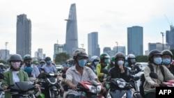 TƯ LIỆU: Người lái xe chờ đèn giao thông trong giờ cao điểm ở Thành phố Hồ Chí Minh, ngày 8 tháng 9, 2020.