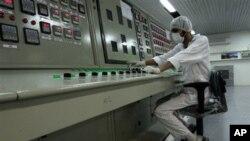一名伊朗技术人员在提炼浓缩铀设施前工作(资料照)