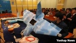 한국 당국이 지난해 4월 대전 국방과학연구소에서 북한 무인기 중간조사 결과를 발표하며 무인기에 탑재된 부품과 카메라 재원 등을 설명하고 있다. (자료사진)