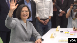 2019年3月21日,台湾总统蔡英文在出访太平洋邦交国之前来到民进党总部,正式登记参与2020总统大选的党内初选。(美国之音海伦)