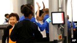 Los pasajeros pueden esperar más controles, un examen más detallado de dispositivos electrónicos personales y más seguridad alrededor de aviones.