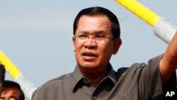 Thủ tướng Campuchia Hun Sen nói rằng tranh chấp lãnh hải ở Biển Đông không phải là một vấn đề của toàn thể khối ASEAN mà là vấn đề song phương giữa các nước có liên quan