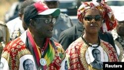 Presiden Zimbabwe Robert Mugabe dan istrinya Grace Mugabe pada sebuah acara di Harare (foto: dok).