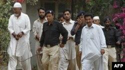 Cảnh sát Pakistan áp tải các thành viên của lực lượng bán quân sự ra tòa ở Karachi