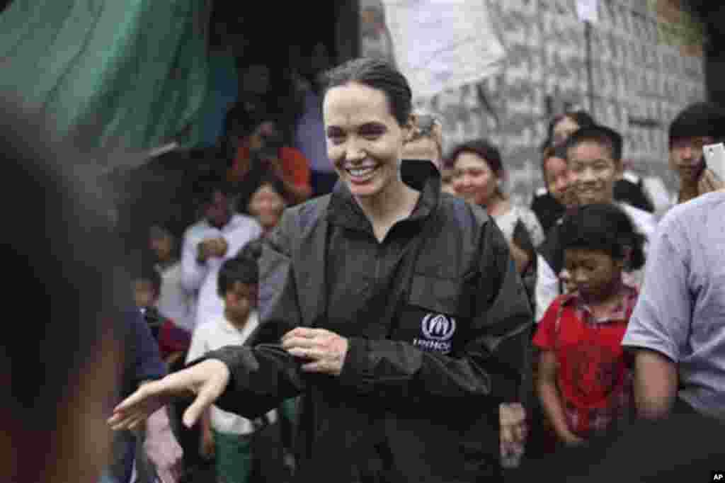 ہالی ووڈ کی معروف اداکارہ انجلینا جولی چار روزہ دورے پر میانمار پہنچی ہیں۔