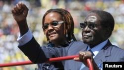 지난 22일, 아내와 함께 대통령 취임식장에 도착하는 로버트 무가베 짐바브웨 대통령.
