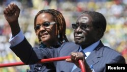 FILE: Zimbabwe President Robert Mugabe and his wife Grace arrive for his inauguration as President, in Harare, August 22, 2013.
