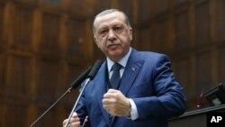 Presiden Turki Recep Tayyip Erdogan berbicara di depan Partai Pembangunan dan Keadilan (AKP) di Ankara, Turki (6/13).