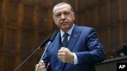 레제프 타이이프 에르도안 터키 대통령이 13일 앙카라에서 집권당 AKP 당원들을 대상으로 연설하고 있다.