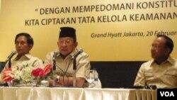Ketua Persatuan Purnawirawan Polri, Roesmanhadi (tengah), mewakili purawirawan Polri menyatakan menolak UU Kamnas (20/2).