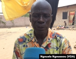 André Mayela a perdu tous ses biens dans l'incendie de son village par les ninjas, à Brazzaville, le 20 août 2017. (VOA/Ngouela Ngoussou)