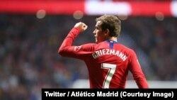 Le Français Antoine Griezmann d'Atlético Madrid lève son point après avoir marqué l'unique but de la partie contre Rayo Vallecano (1-0), à Madrid, Espagne, 28 août 2018. (Twitter/Atlético Madrid)