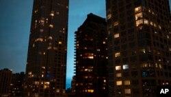 El cielo nocturno se iluminó cuando explotó un transformador eléctrico en una instalación de Con Edison, Queens, Nueva York, el jueves 27 de diciembre de 2018.