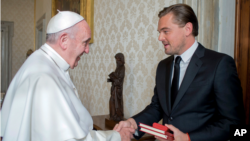 Le pape François recevant au Vatican l'acteur et producteur américain Leonardo DiCaprio.