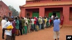 Des électeurs attendant de voter à Bangui